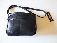 シンプルで使い易い、5つポケットのレザーショルダーバッグ 【カラー・ブラック】