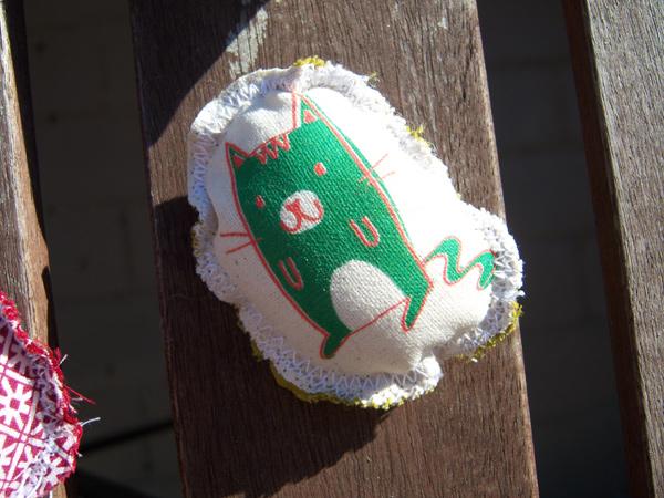 画像1: ミラノ発☆ヴィンテージ・コットンのブローチ ミドリの猫  【カラー・グリーン】【カラー・ホワイト】