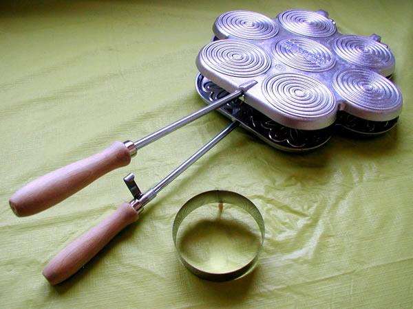 画像1: 手打ちパスタ用 ティジェッレ・クレシェンティーナ用アルミパン 円形カッター付き