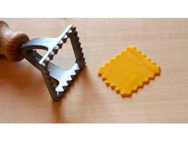 画像1: 2サイズ展開 手打ちパスタ用 ラビオリ用型 四角 スタンプタイプ 4 x 4 cm - 7 x 7 cm