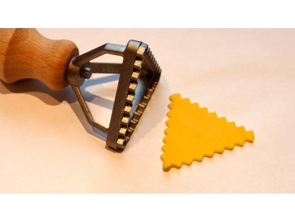 画像1: 2サイズ展開 手打ちパスタ用 ラビオリ用型 三角型 スタンプタイプ 径 4.5 cm - 7.6 cm