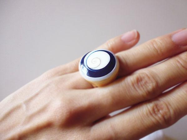 画像2: 渦巻き模様が美しい貝の指輪  【カラー・ホワイト】【カラー・ブルー】