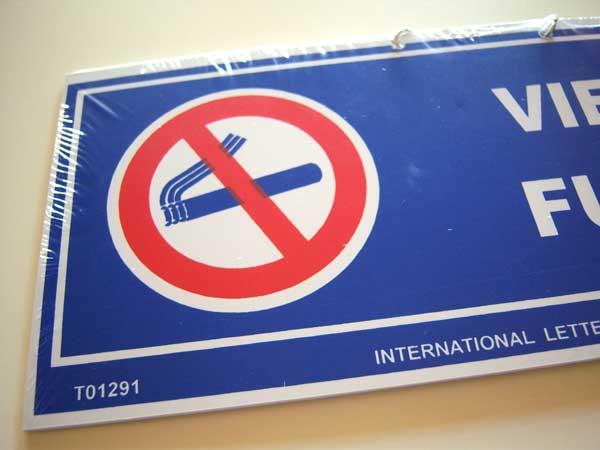 画像2: イタリア語表記禁煙ボード VIETATO FUMARE チェーン付き 【カラー・ブルー】【カラー・レッド】