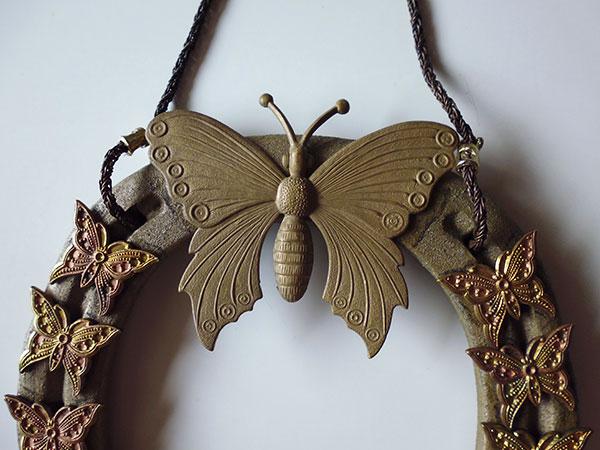 画像2: 1点もの☆イタリア製 幸運を招く馬の蹄鉄 蝶の装飾付き インテリアに 【カラー・ブラウン】
