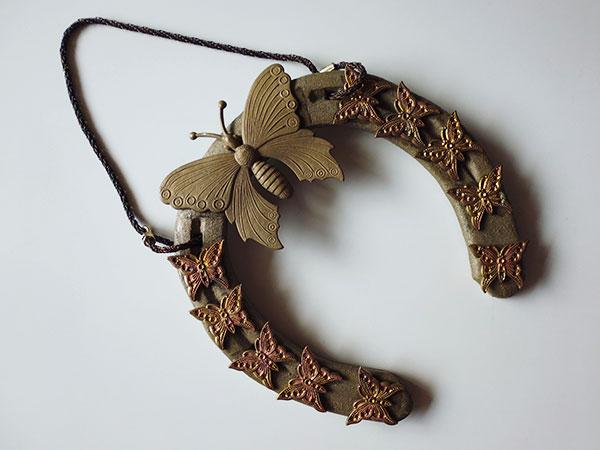 画像1: 1点もの☆イタリア製 幸運を招く馬の蹄鉄 蝶の装飾付き インテリアに 【カラー・ブラウン】