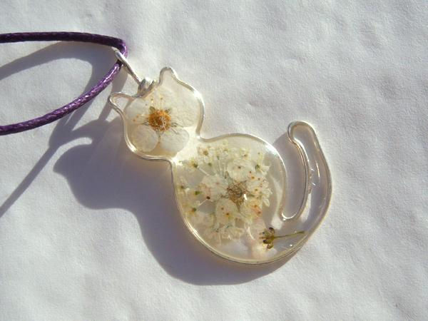 画像1: 本当のお花を閉じ込めた上品ペンダントトップ ネコ 【カラー・イエロー】【カラー・ホワイト】